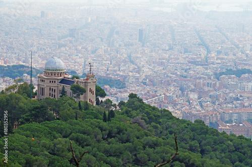 Zdjęcie XXL Tibidabo. Piękny widok na Barcelonę z góry Tibidabo. Miasto jest otoczone lasem i przyrodą.