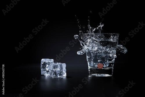 Gin Tonic in einem Glas mit Eiswürfel