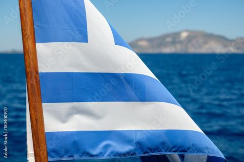 Plakat Flaga Grecji na łodzi
