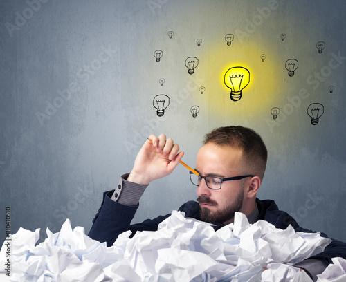 Fototapeta Biznesmen za zmięty papier