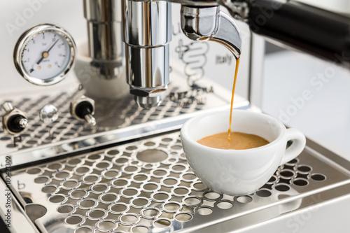 Espresso brühen mit einer Siebträgermaschine
