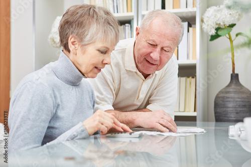 Fototapeta Senioren Paar rechnet mit Taschenrechner obraz