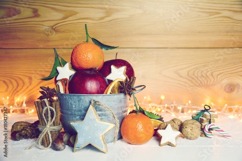 Fotografie, Obraz  Weihnachten - Äpfel, Mandarinen und Nüsse mit Zimtsternen