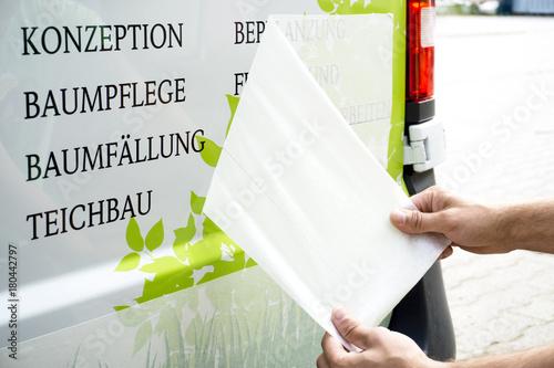 Photo Abziehen von Übertragungspapier bei Fahrzeugbeschriftung