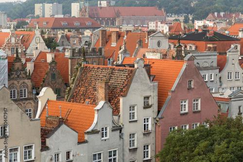 Obraz na dibondzie (fotoboard) Stare budynki mieszkalne na głównym mieście (stare miasto) w Gdańsku, Polska, oglądane z góry w godzinach porannych.