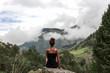 canvas print picture - Frau sitzt auf Berg, entspannt und genießt die Freiheit