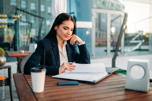 Photo  Attractive business woman works at lunch in cafe