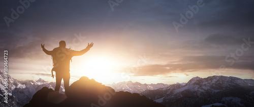 Aluminium Prints Mountaineering Erfolgreicher Bergsteiger genießt Sonnenaufgang