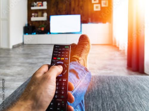 Zappen / Fernsehen auf der Couch / Blanko TV