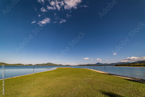 Plakat Spokojna natury scena jezioro pod niebieskim niebem