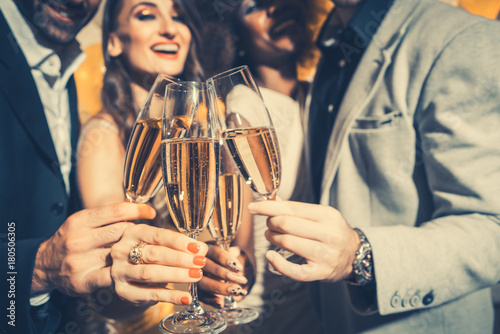 Photo  Men and women celebrating birthday or new years party while clinking glasses wit
