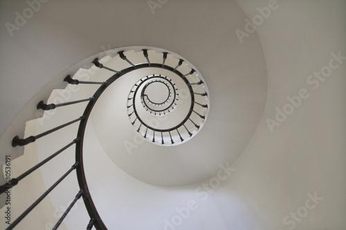 Escalier en spirale dans un phare vue de dessous