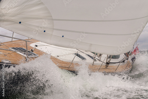 Voile Sailing Boat Yacht in Rough Sea Waves