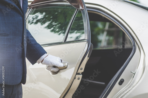 Businessman Handle Limousine Door Car Tableau sur Toile