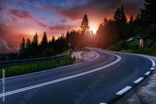 droga-asfaltowa-i-samotne-drzewo-pod-rozgwiezdzonym-niebem-nocnym-i-droga-mleczna