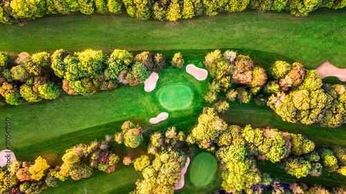 drone-widok-pola-golfowego-z-kolorowych-drzew