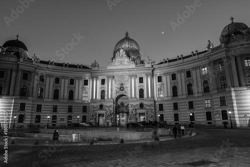 Zdjęcie XXL Wiedeń, Austria. Oświetlony Pałac Hofburg