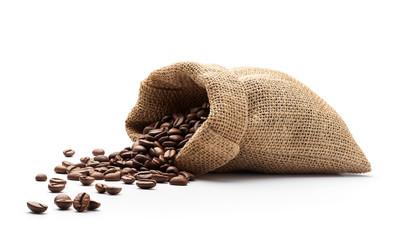Ziarna kawy wylały się z worka jutowego