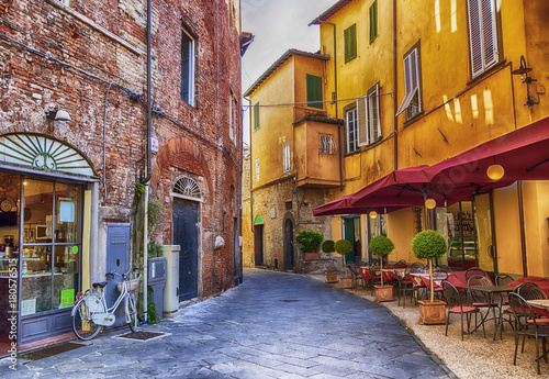 Fototapeta uliczka   square-in-old-town-lucca-italy