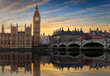 Sonnenuntergang hinter dem Big Ben und der Westminster Brücke in London