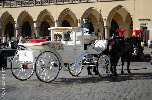 Fotomural Cab on the main square - old town in Krakow, Poland