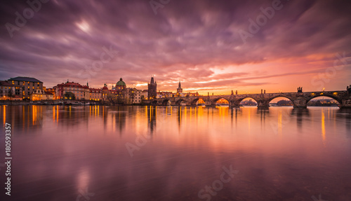Photo  Prague Charles bridge during sunrise. Europe, Czech republic.