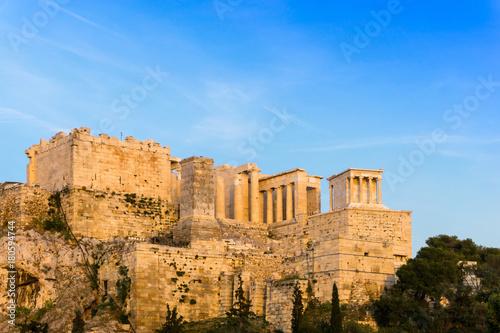 Plakat widok na zabytkowy stary Akropol w Atenach, Grecja