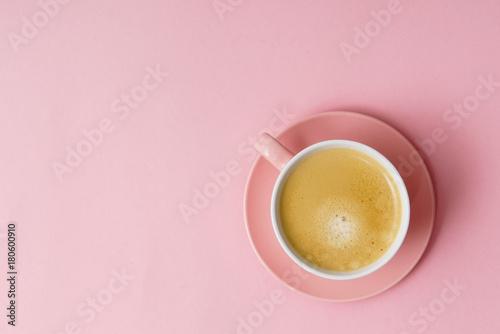kawa w różowym pastelowym blacie