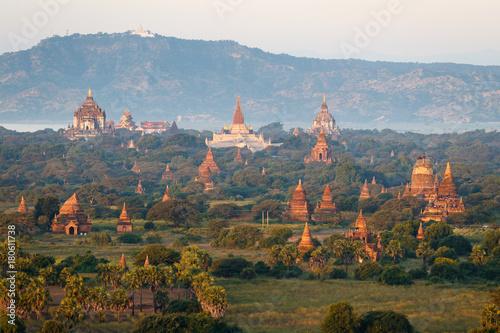 Im Heissluftballon über den Tempeln von Bagan, Myanmar Poster