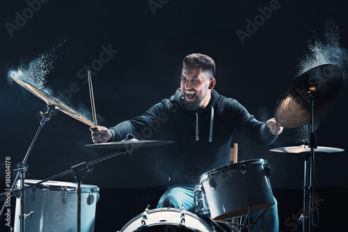 Photo Drummer rehearsing on drums before rock concert