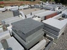 石材工場に並んだ墓石