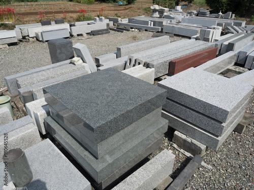 Fotografía 石材工場に並んだ墓石