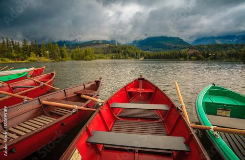 kolorowe-lodzie-nad-jeziorem-w-parku-narodowym-w-tatrach-wysokich