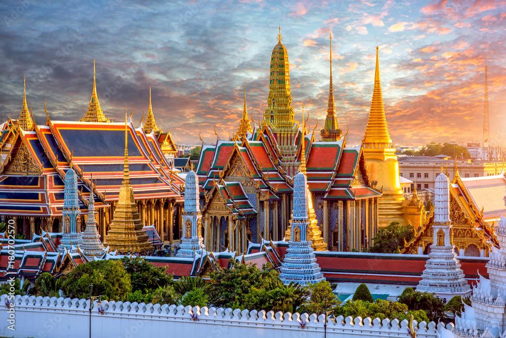 Photo  Grand palace and Wat phra keaw at sunset at Bangkok, Thailand