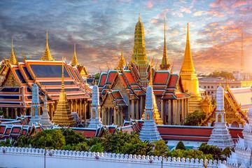 Velika palača i Wat phra keaw pri zalasku sunca u Bangkoku na Tajlandu
