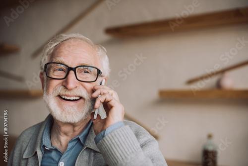 Fotografía  senior man talking by phone