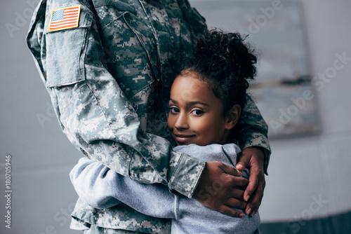 Cuadros en Lienzo  daughter hugging soldier