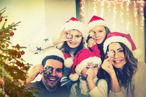 Weihnachtsbaum Fun.Familie Unterm Weihnachtsbaum Buy This Stock Photo And Explore