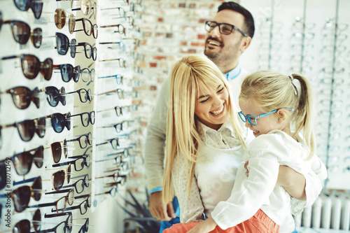 Fotografía  Family in optics store