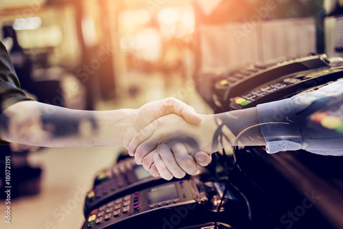 Fotografía  businessman handskae with Credit card payment, buy and sell products & service b