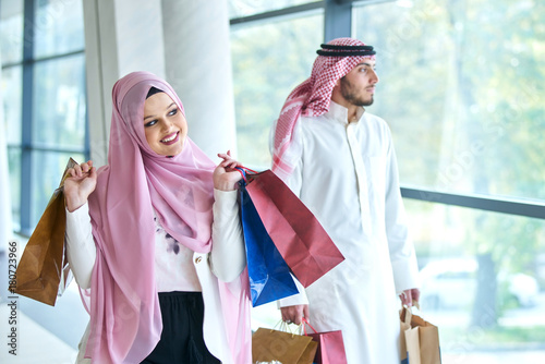 Photo  Young muslim couple shopping