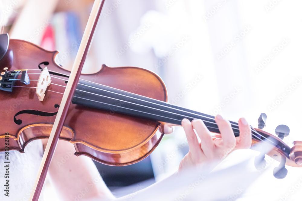 Fototapeta Junge Frau spielt auf Geige, Notenständer