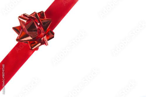 Fotografia  Nastro rosso con fiocco rosso su bianco
