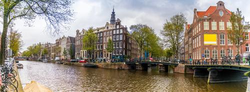 Panorama d'un canal et ses maisons typiques à Amsterdam, Hollande, Pays-bas © Fred