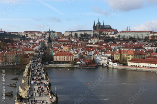 Plakat widok na zatłoczony Most Karola i Zamek Praski, Republika Czeska