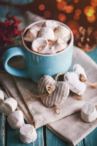 Spoed Foto op Canvas Chocolade Blue mug filled with hot chocolate with marshmallow candies