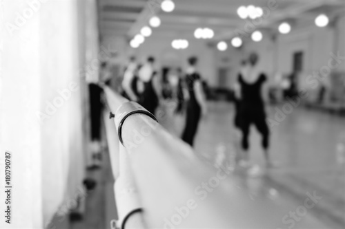 Fotografía  Choreographic machine or barre against the background of the dance ballet class