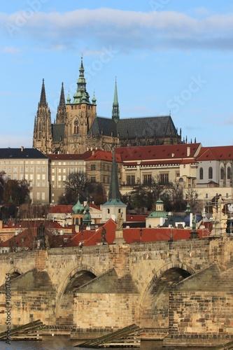 Photo sur Toile Prague malerischer Blick auf die Karlsbrücke und Prager Burg