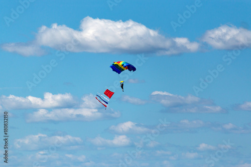 Foto op Canvas Luchtsport a parachutist jump against the blue sky