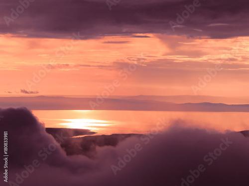 Papiers peints Corail Coucher de soleil sur un lac vue de la montagne, nuages